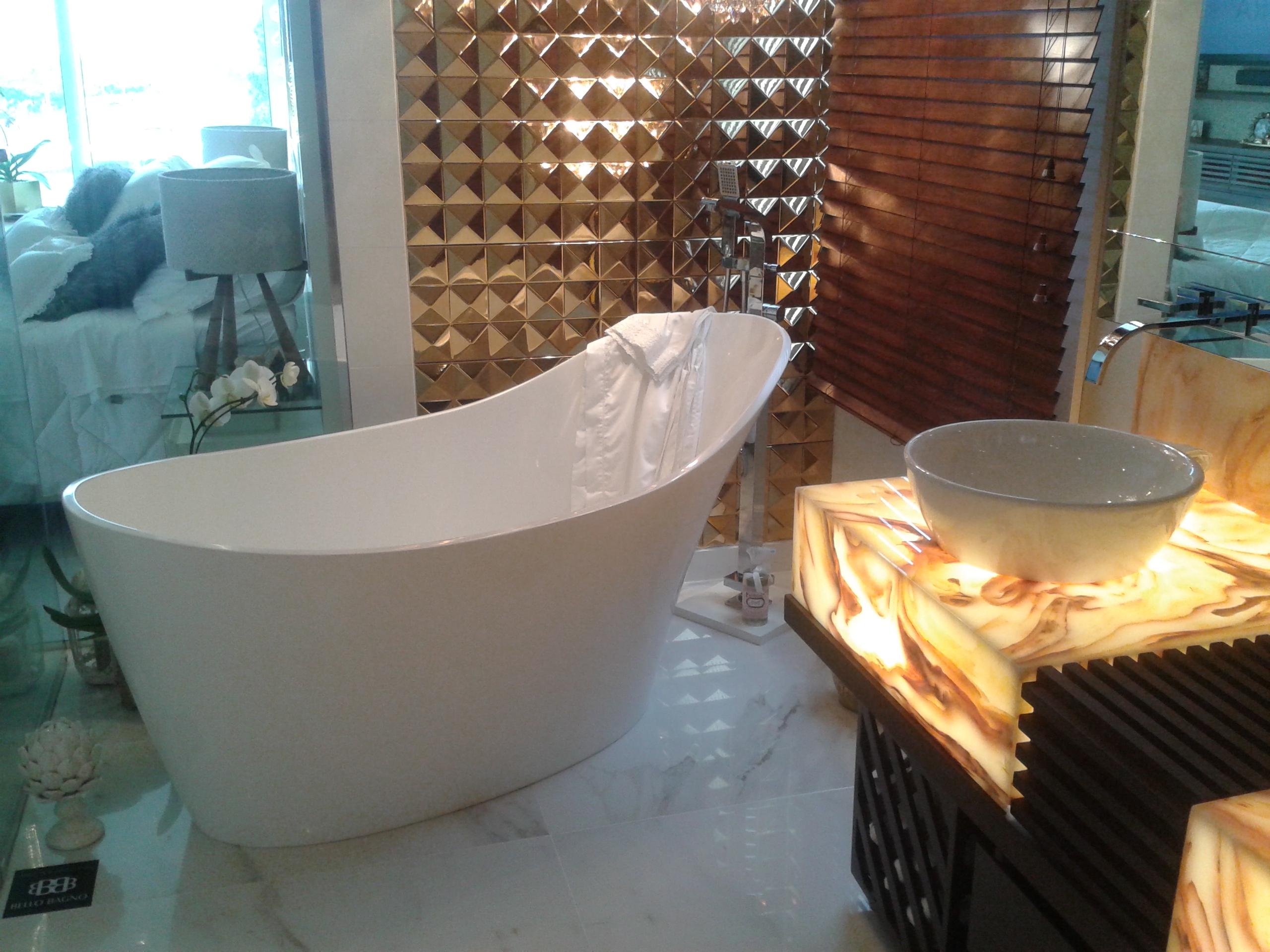 Com formas suaves até o chão, sem tubulação à vista e com amplo encosto que proporciona apoio para a cabeça, a Amalfi permite longos, relaxantes e luxuosos banhos, além de decorar e sofisticar o banheiro.